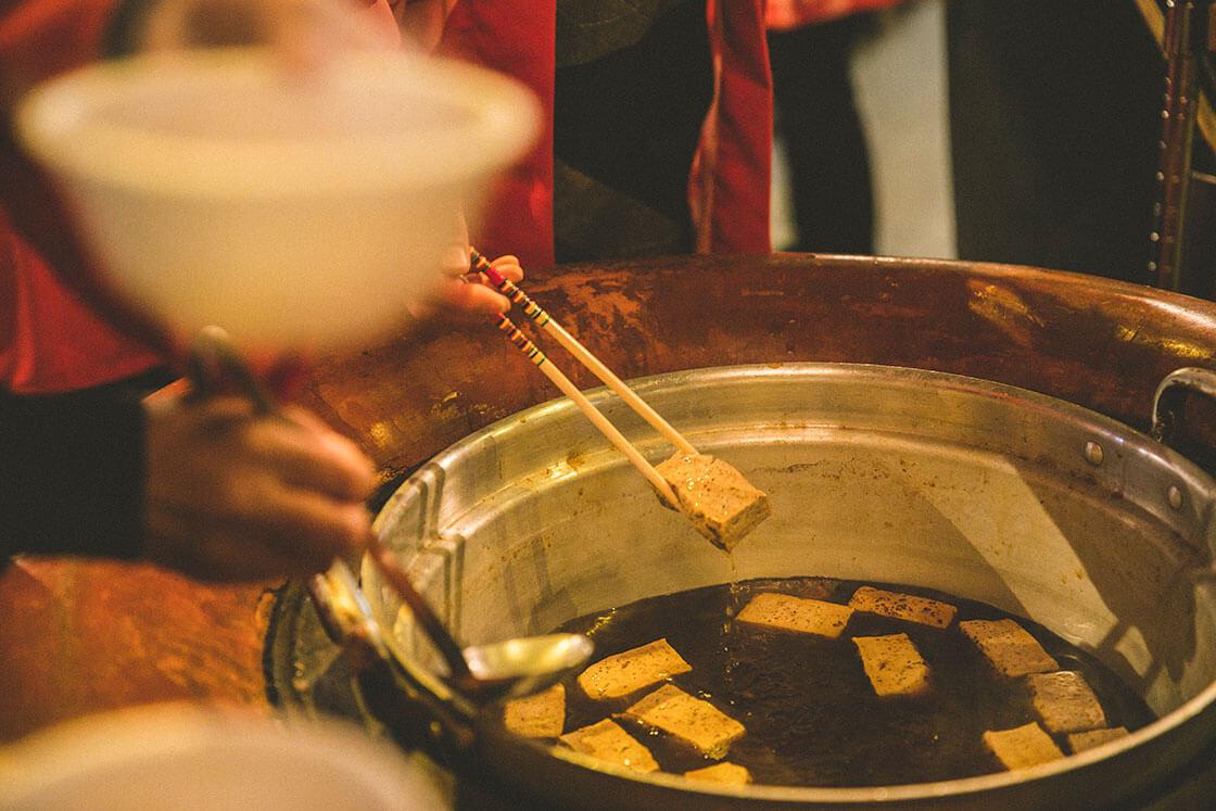 日本酒、新酒、杉玉。飛騨高山・高山・舩坂酒造の杉玉奉納会