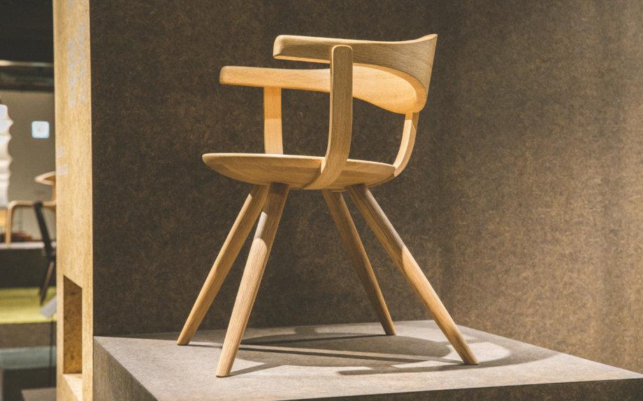 「曲木」の技術を駆使した飛騨産業の椅子