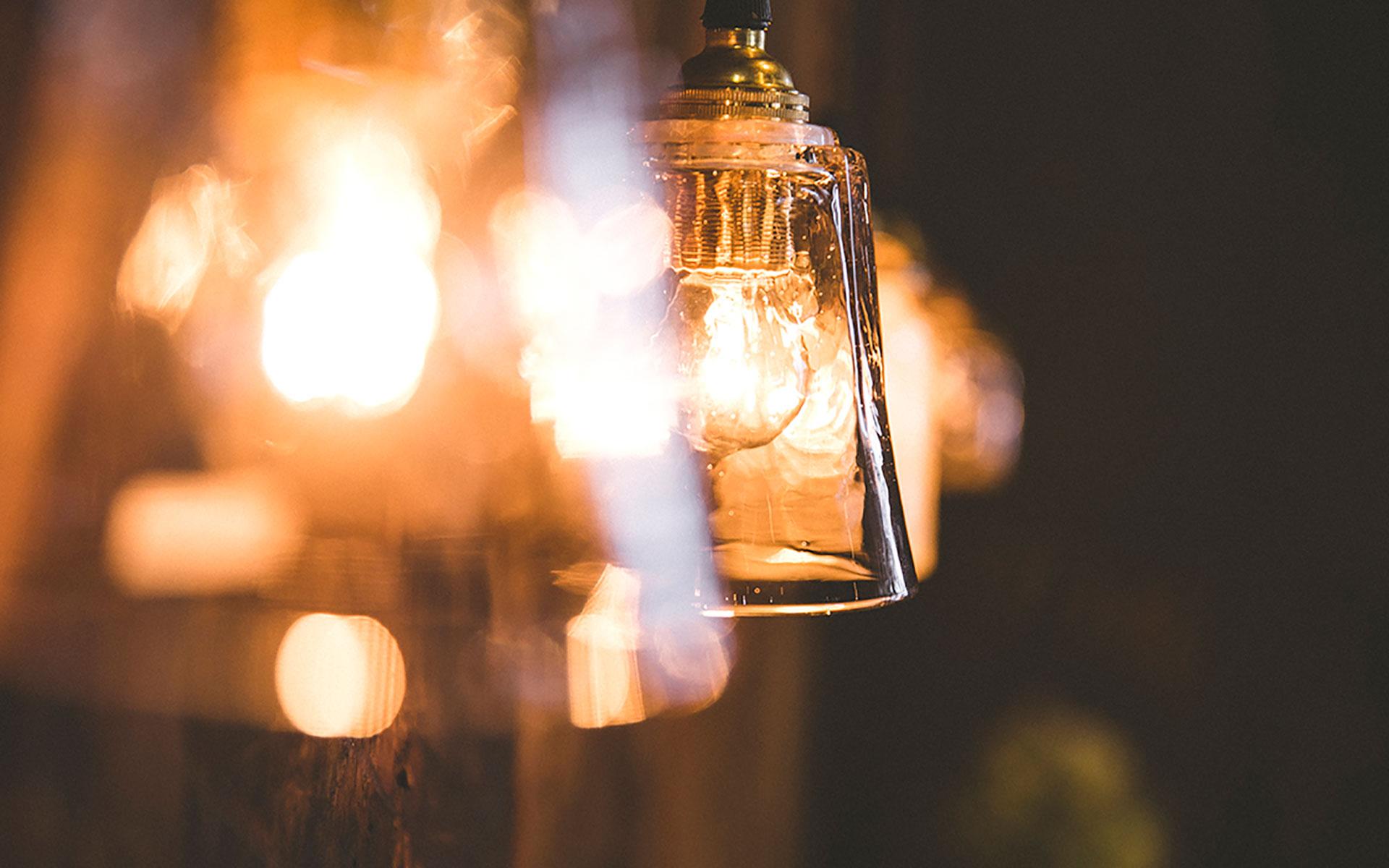 無機質な部屋の照明を、手仕事のぬくもりを感じる工芸品に変えれば、一人落ちつく自分の時間が演出できそうです