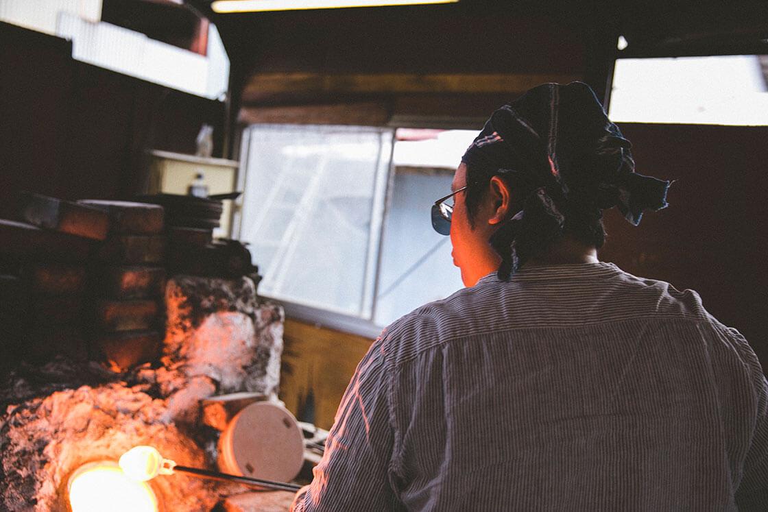 安土草多さんのガラスシェード作りの様子