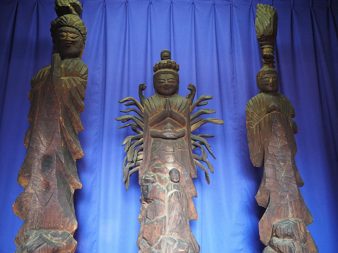 中央の十一面千手観世音立像は約130センチ、向かって右側の竜頭観音像は約170センチ、左側の聖観音像は160センチあり、どれも桧材に一刀彫りしたものと伝えられる。円空の仏像_さんち