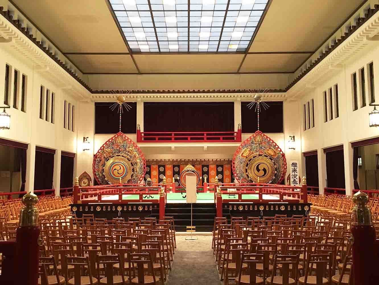 宮内庁の中にある雅楽の舞台。「雅楽」とは、日本古来の歌と舞、古代のアジア大陸から伝来した器楽と舞が日本化したもの、その影響を受けて生まれた平安貴族の歌謡、この3種類の音楽の総称をいいます