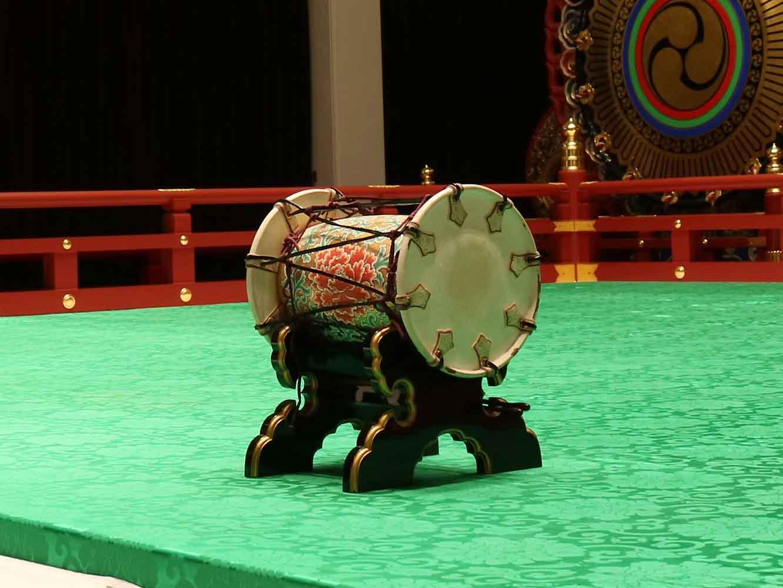 鞨鼓 (かっこ) 。雅楽において指揮者の役割を担う打楽器。打ち方によって演奏を指揮し、楽曲の進行に合わせて途中で音を止める役割も