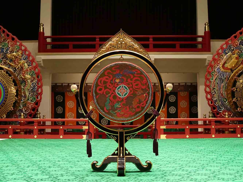 太鼓(釣太鼓)。拍子を決める役割を担います。大きなリズムを刻みます。枠の上には火焔の細工がされ、太鼓中央には唐獅子が描かれています