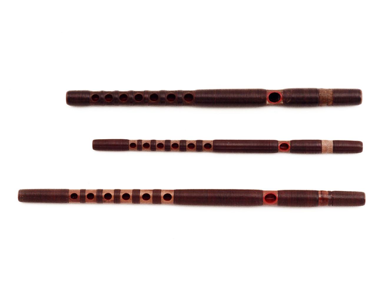 上から、龍笛、高麗笛、神楽笛。龍笛を主として、曲の種類によって使い分ける。主旋律と同じメロディを基軸に装飾的に奏でます