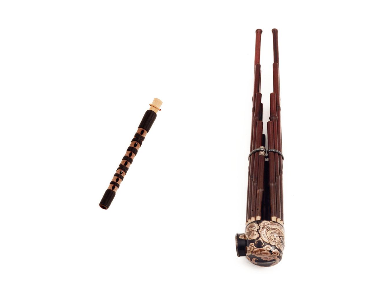主旋律を奏でる篳篥 (左)、和音でメロディを支える笙 (右) 。笙は、伝説上の鳥である鳳凰が翼を休めている姿を模したといわれることから、「凰笙(ほうしょう)」とも呼ばれます