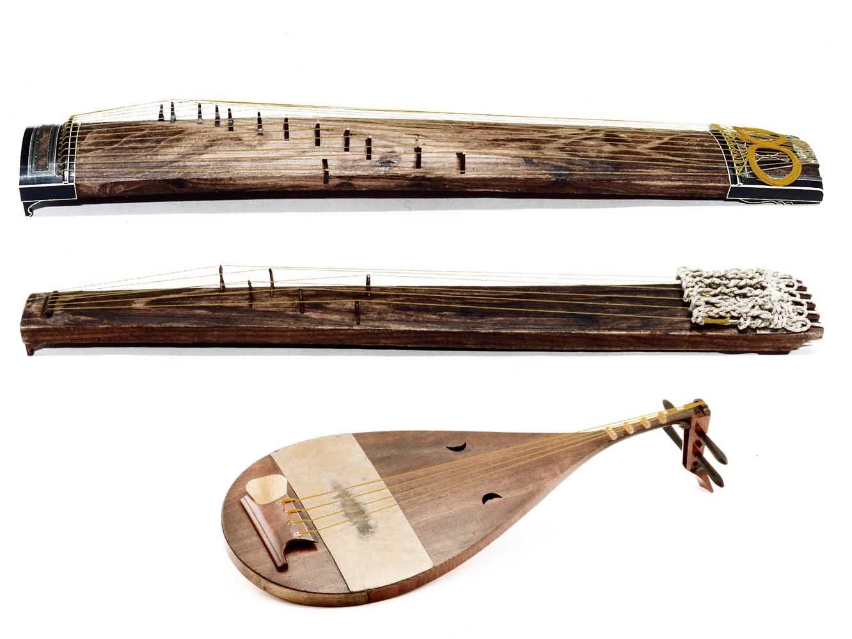 上から、楽筝 (がくそう)、和琴 (わごん) 、楽琵琶 (がくびわ) 。絃楽器ですが、雅楽では主にリズムを支える
