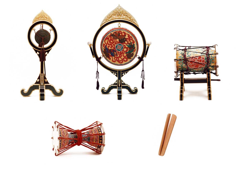 打楽器。上段左から、鉦鼓 (しょうこ) 、太鼓 (釣太鼓) 、鞨鼓 (かっこ) 、三ノ鼓 (さんのつづみ) 、笏拍子 (しゃくびょうし)