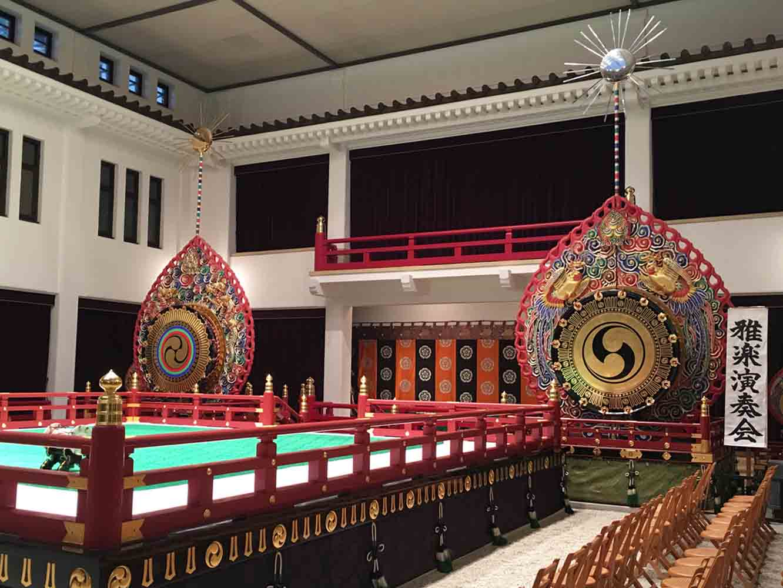 舞台の両脇に立つのは鼉太鼓 (だだいこ) 。舞楽 (ぶがく=舞と演奏) の際に使われます。左の太鼓は太陽を表し龍の彫刻が施されています。右は月を表し鳳凰の彫刻が。陰陽五行の思想からなる雅楽の世界観を表します