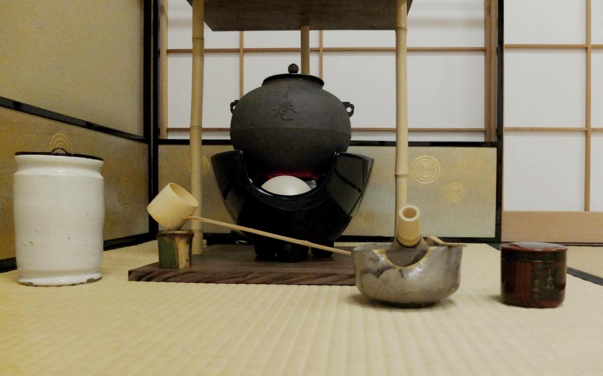半枯れの竹の蓋置きに、金継ぎされた器、不昧公の棗に清々しい白の水差しを合わせて、今日のお道具一式です