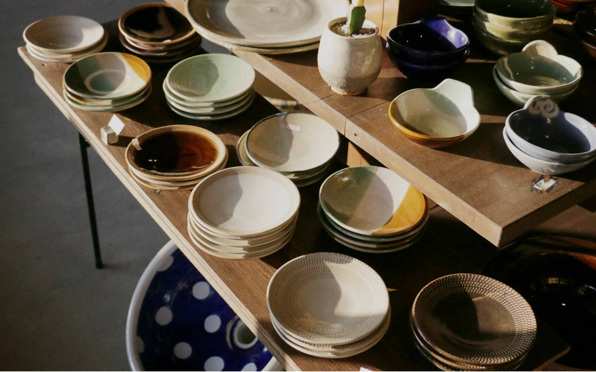 智さん作の、益子の伝統釉7種を使った銘々皿