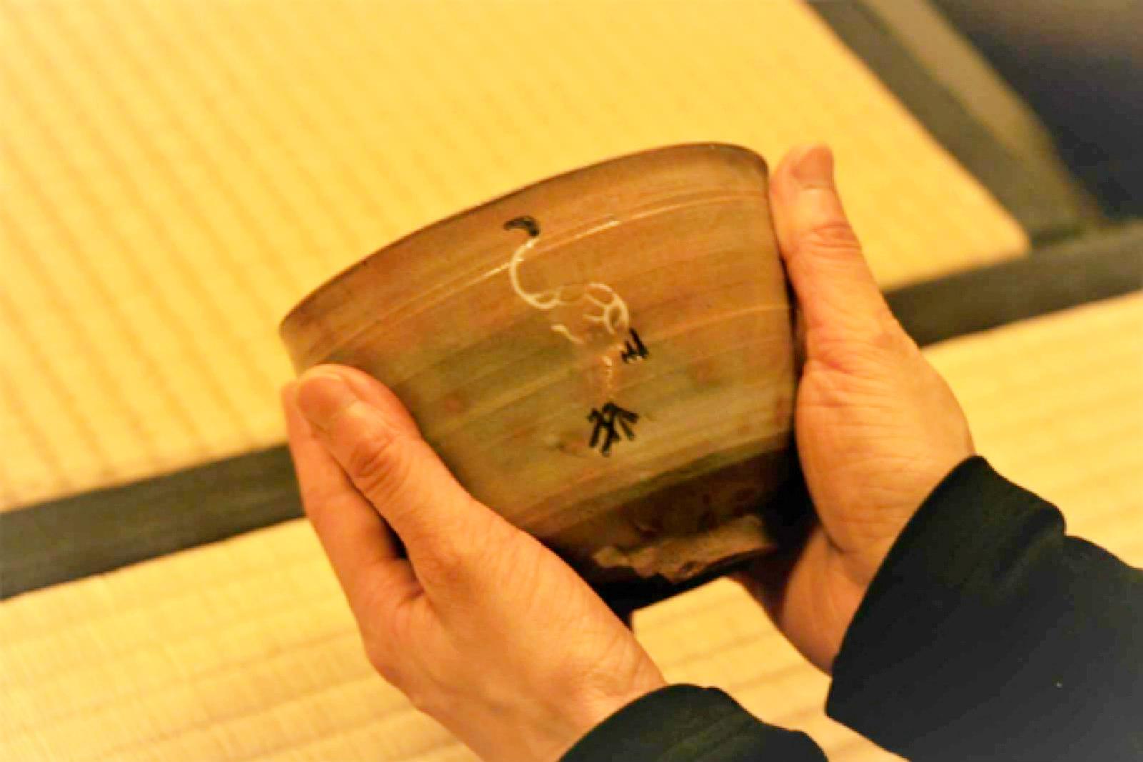 日本から注文して、朝鮮の窯で焼かせたという御本 (ごほん) 茶碗。なかでもこちらは徳川家光の命で小堀遠州が考案したもの