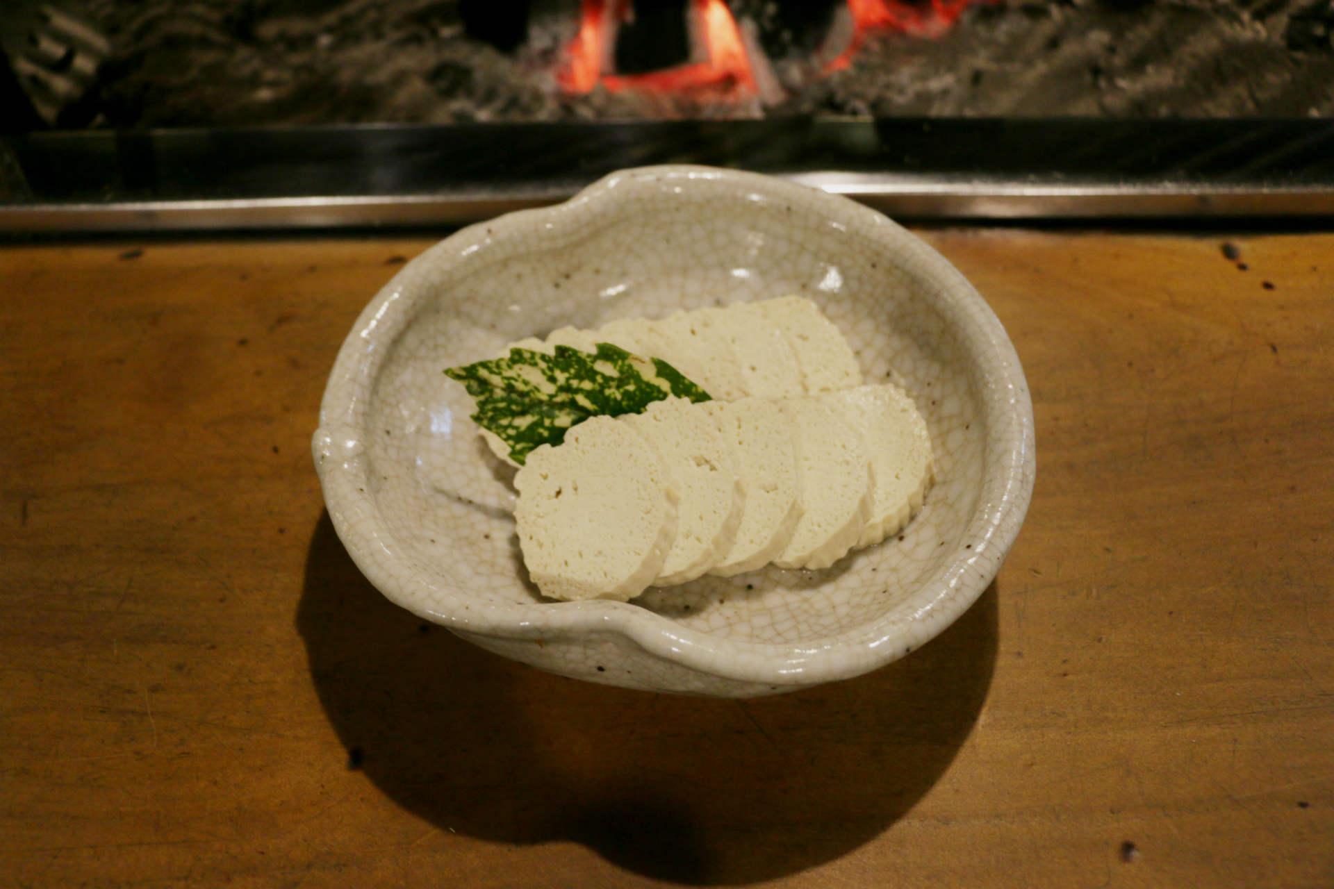 飛騨のお豆腐屋さんやスーパーでは、すまきにして水分を抜いた状態のお豆腐が売られているそうです。それを家庭ごとに醤油や出汁で味付けしたものが「こもどうふ」。冠婚葬祭やお正月のおせちにも登場するそう