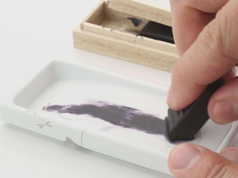 柔らかく擦りやすい鈴鹿墨。1適の水を使って10回ほど擦るだけで、便箋5枚程の手紙分の墨がすぐに出来上がる。墨の色は5色から選べる