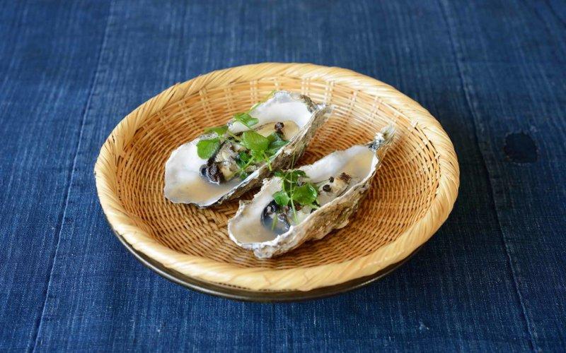 竹ザルの上の蒸し牡蠣