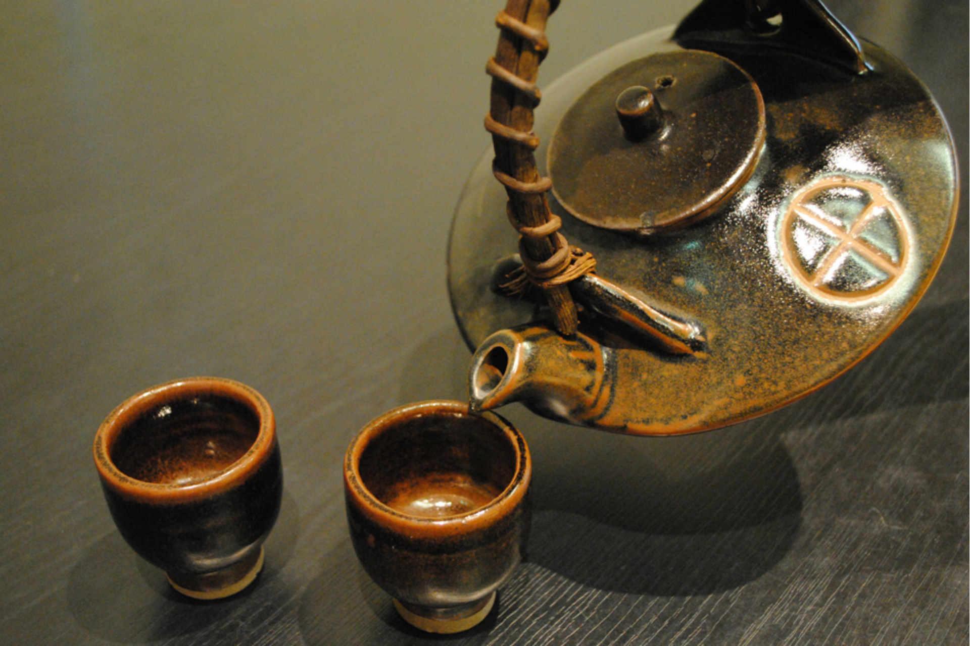 鹿児島を代表する酒器、黒千代香 (焼酎の燗付器) も黒薩摩です