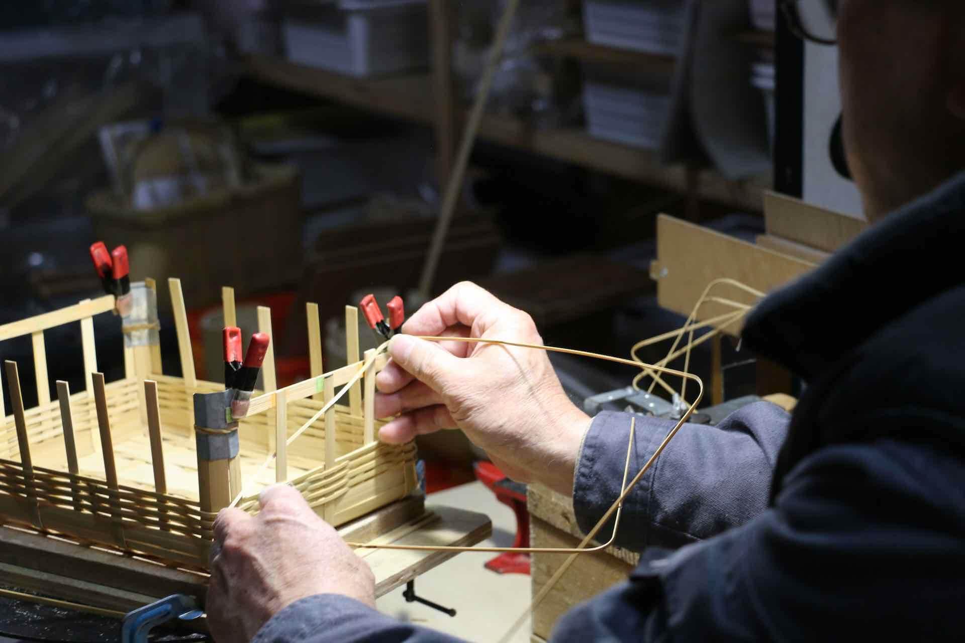 かごのサイズに合わせて角度を付けた竹ひごを、編んでいきます