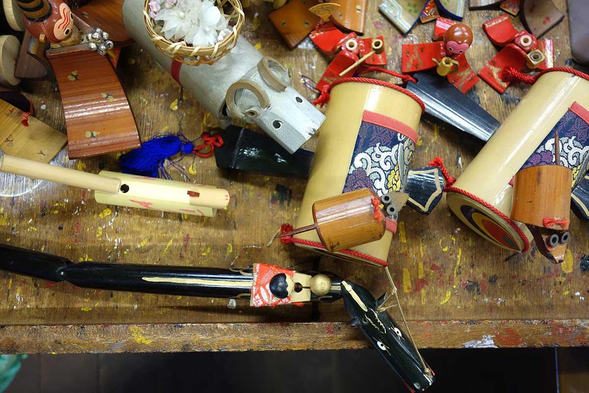 作りかけの郷土玩具と道具