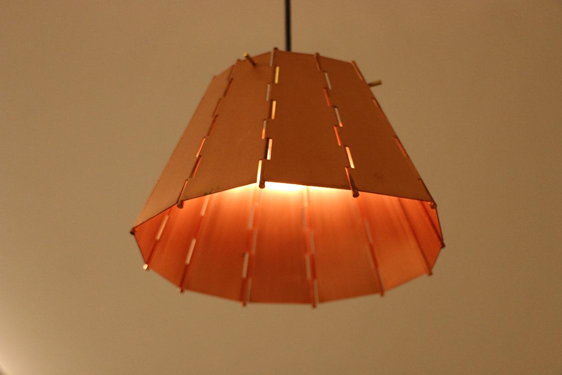 仏壇の蝶番から着想を得たランプシェードは、その名も「ちょうつがひ」。仏壇金具メーカーの木原製作所、河村金具製作所、木原金属工芸社の3社合同で製作しています