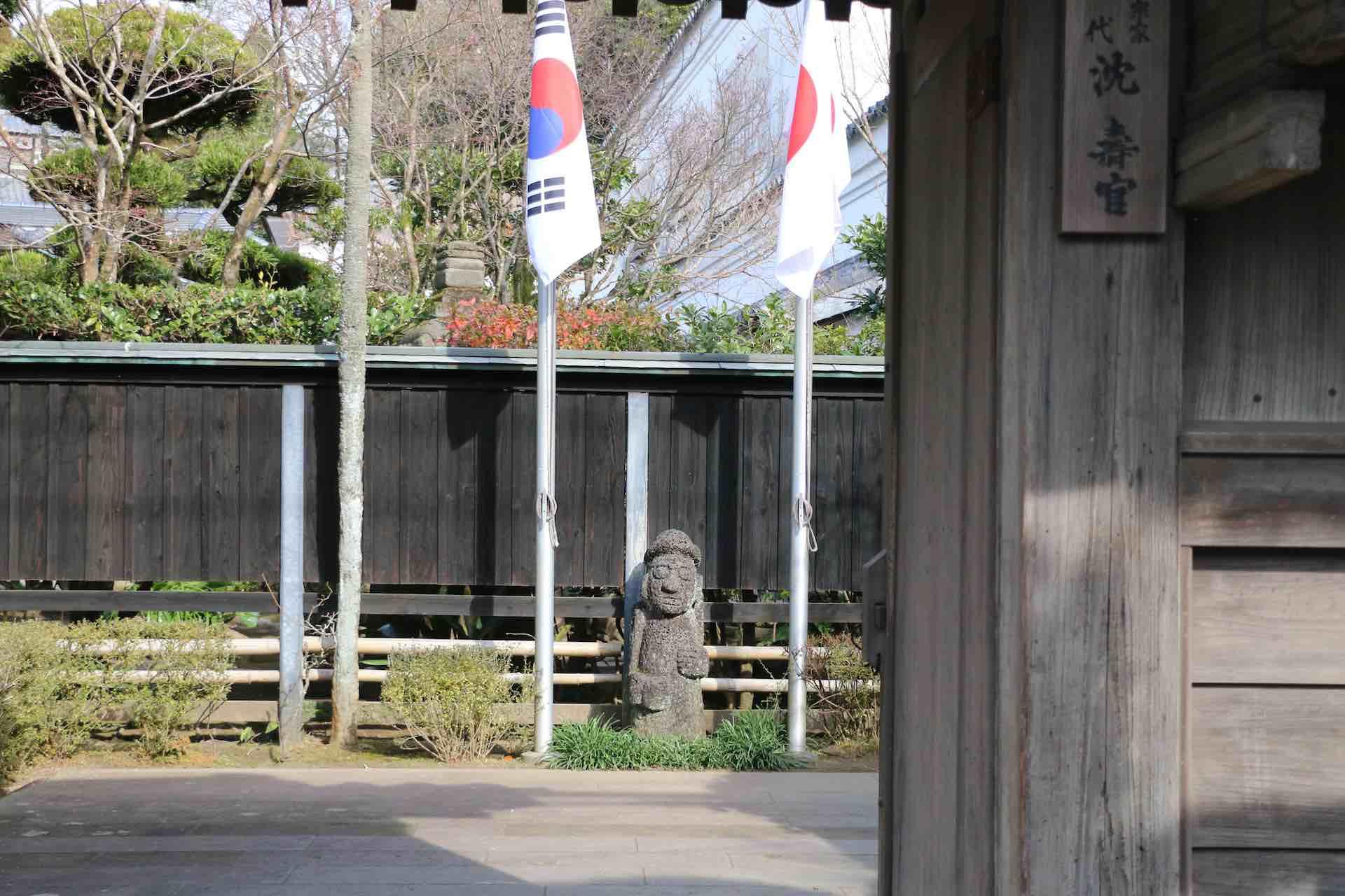 正面玄関。奥には日韓の国旗と、朝鮮の守り神の像が立っています