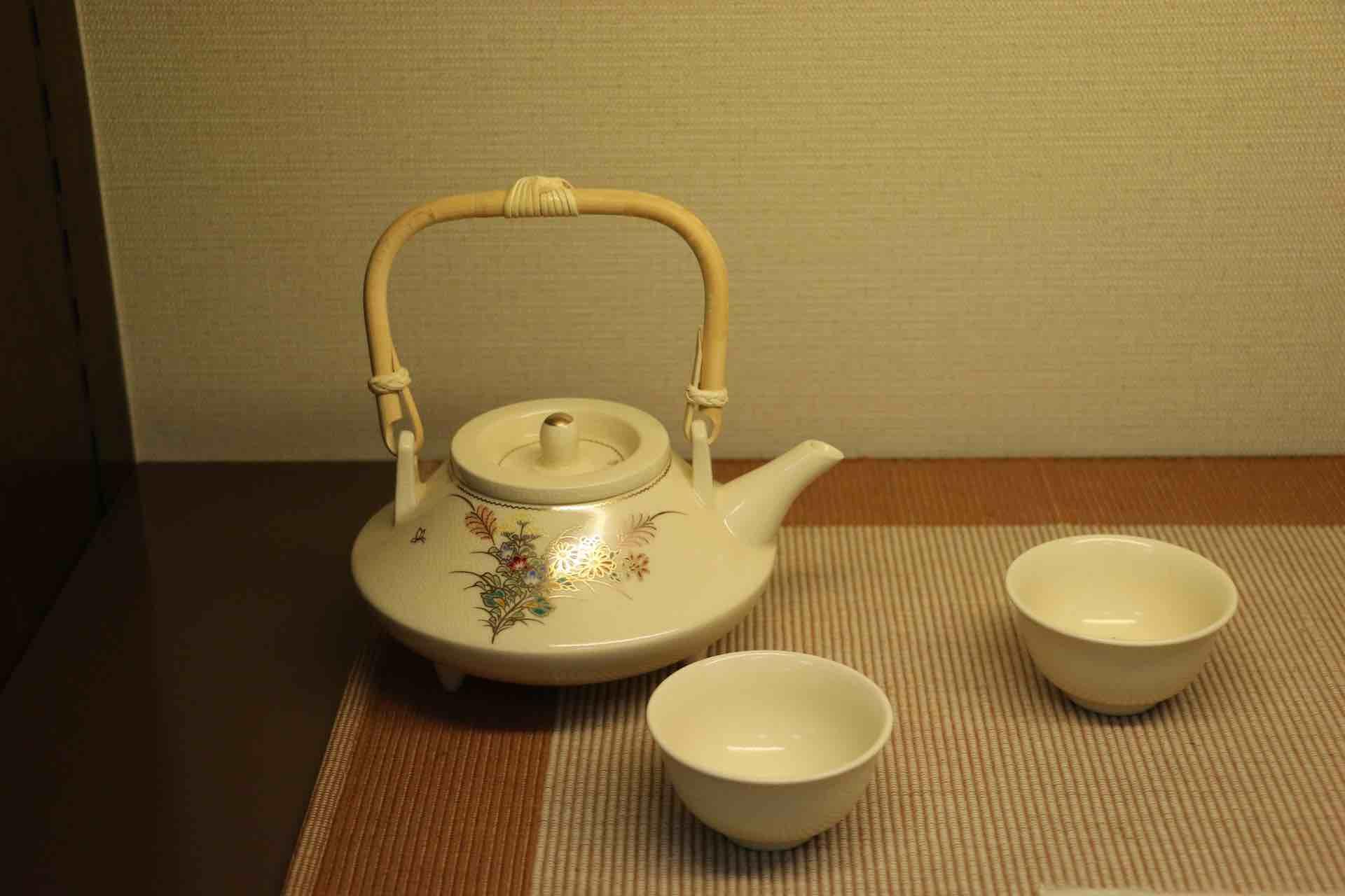 焼酎の燗付器、千代香 (ちょか) 。黒が有名ですが、白千代香がありました