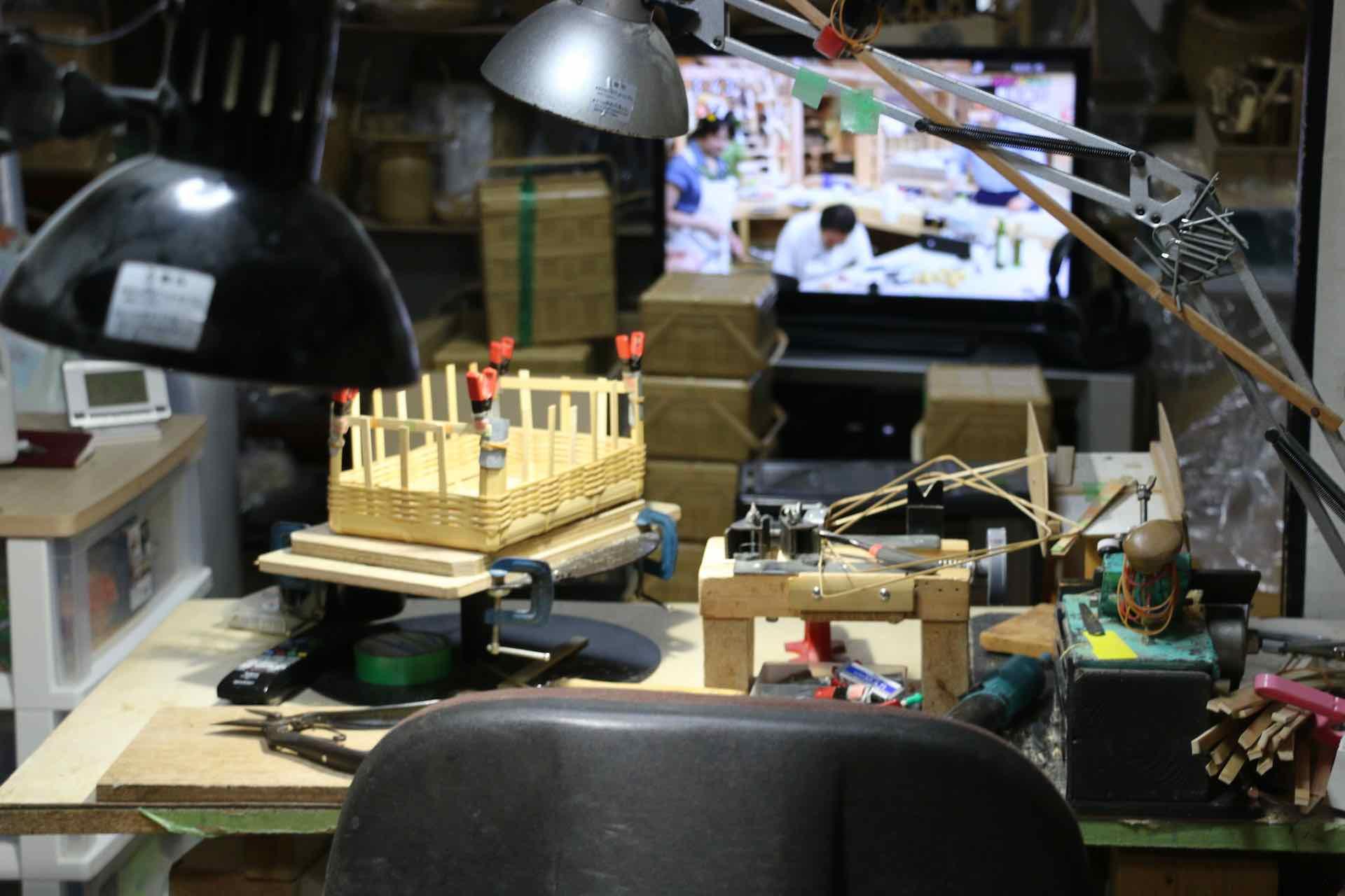 1日の大半を過ごすという工房内。テレビが見やすい位置に作業台がセットされています