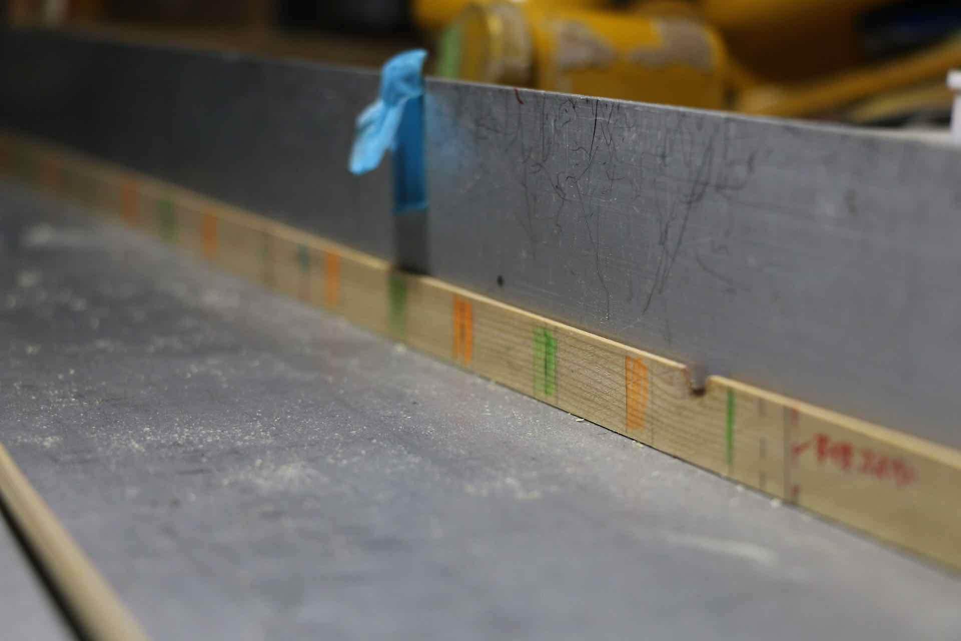 島田さんオリジナルの定規。タテヨコの編み目が色で示されています。竹の節がここに当たらなければOK