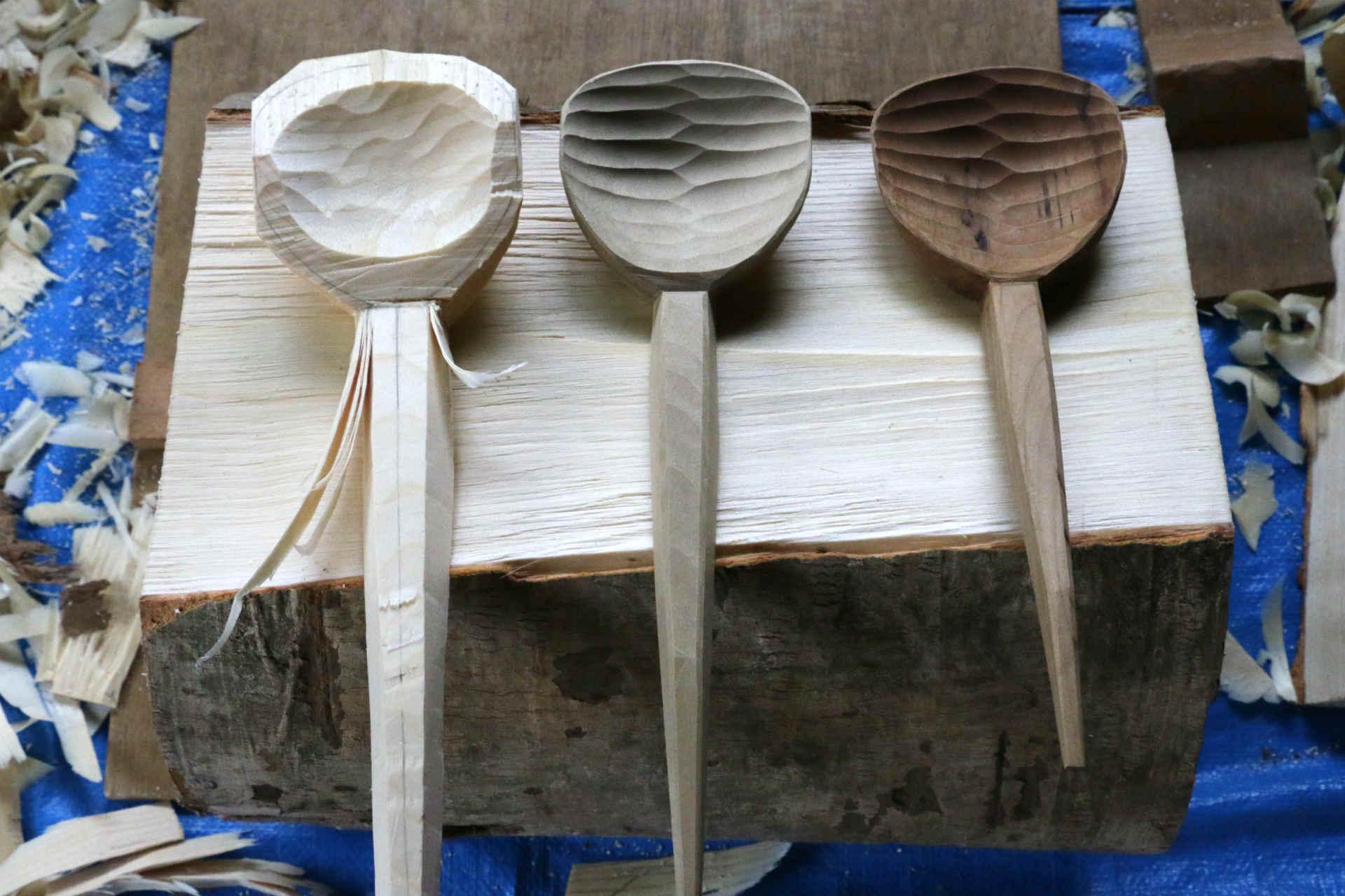 取材した工房にて。左が作り途中、真ん中が完成品 (大) 、右が奥井さんのご家庭で数年使われている有道杓子 (小) 。使うごとに木の繊維が少しずつ油分を含み、木工でいうオイルフィニッシュのようになるそう