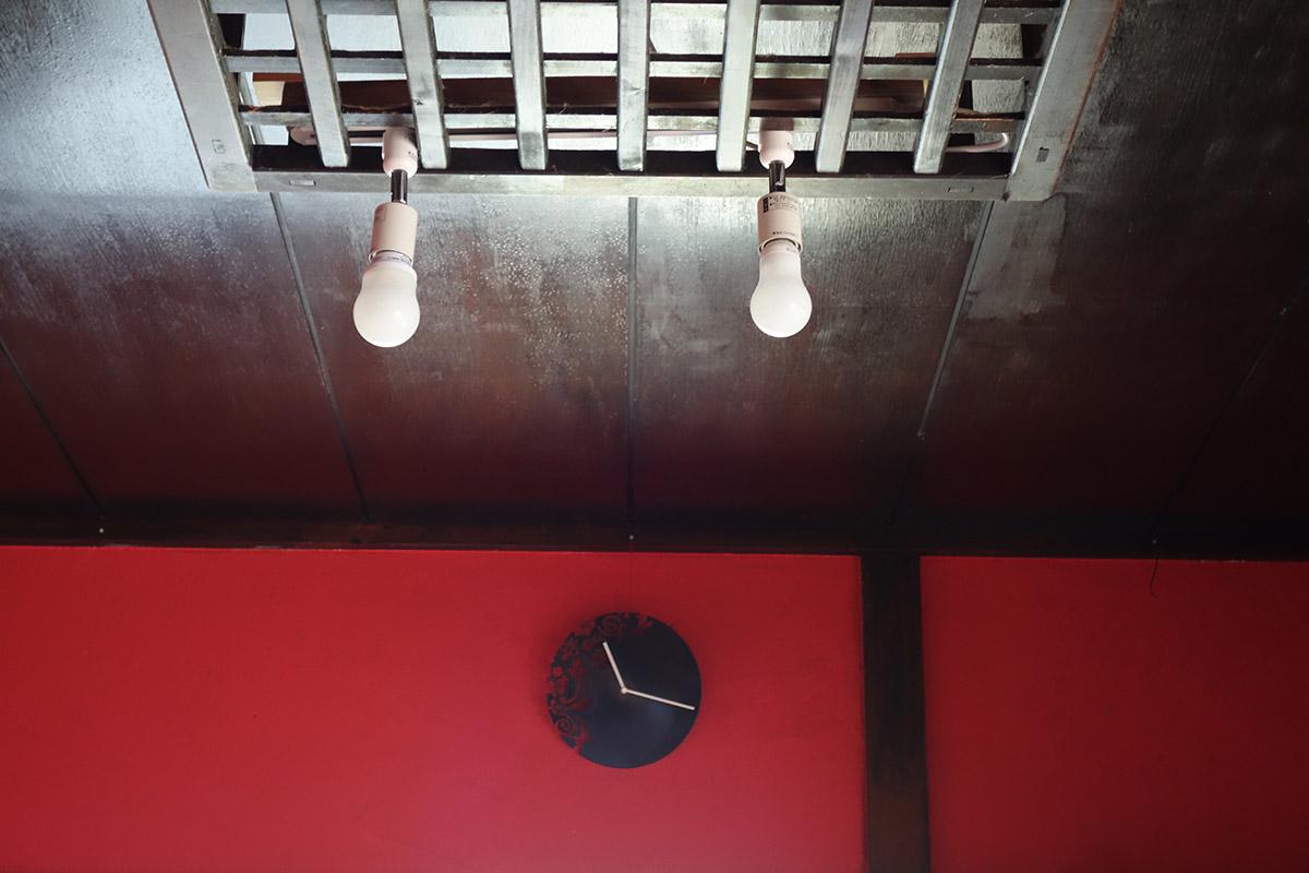 赤い壁と天井の電球