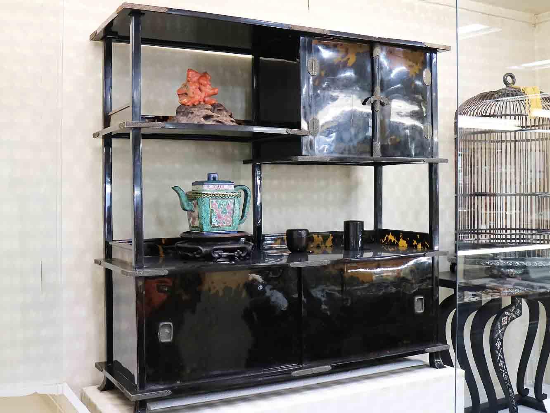 昭和天皇の即位式で使われた御冠台も江崎べっ甲店が手がけました。作成にあたって、試作品として作った茶棚。べっ甲をつなぎ合わせて大きな製品をつくるには手間と高い技術が必要となります