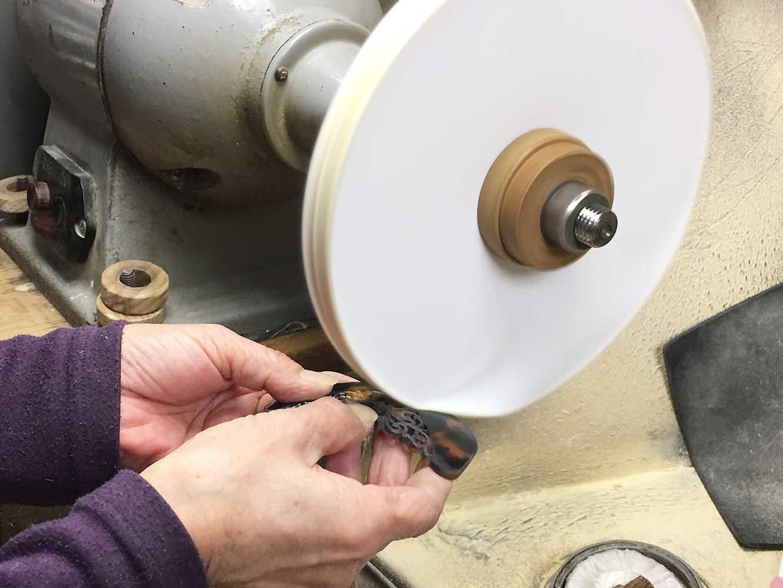木綿の布を数十枚重ねて回転させるバフ。最終仕上げの磨きを行う