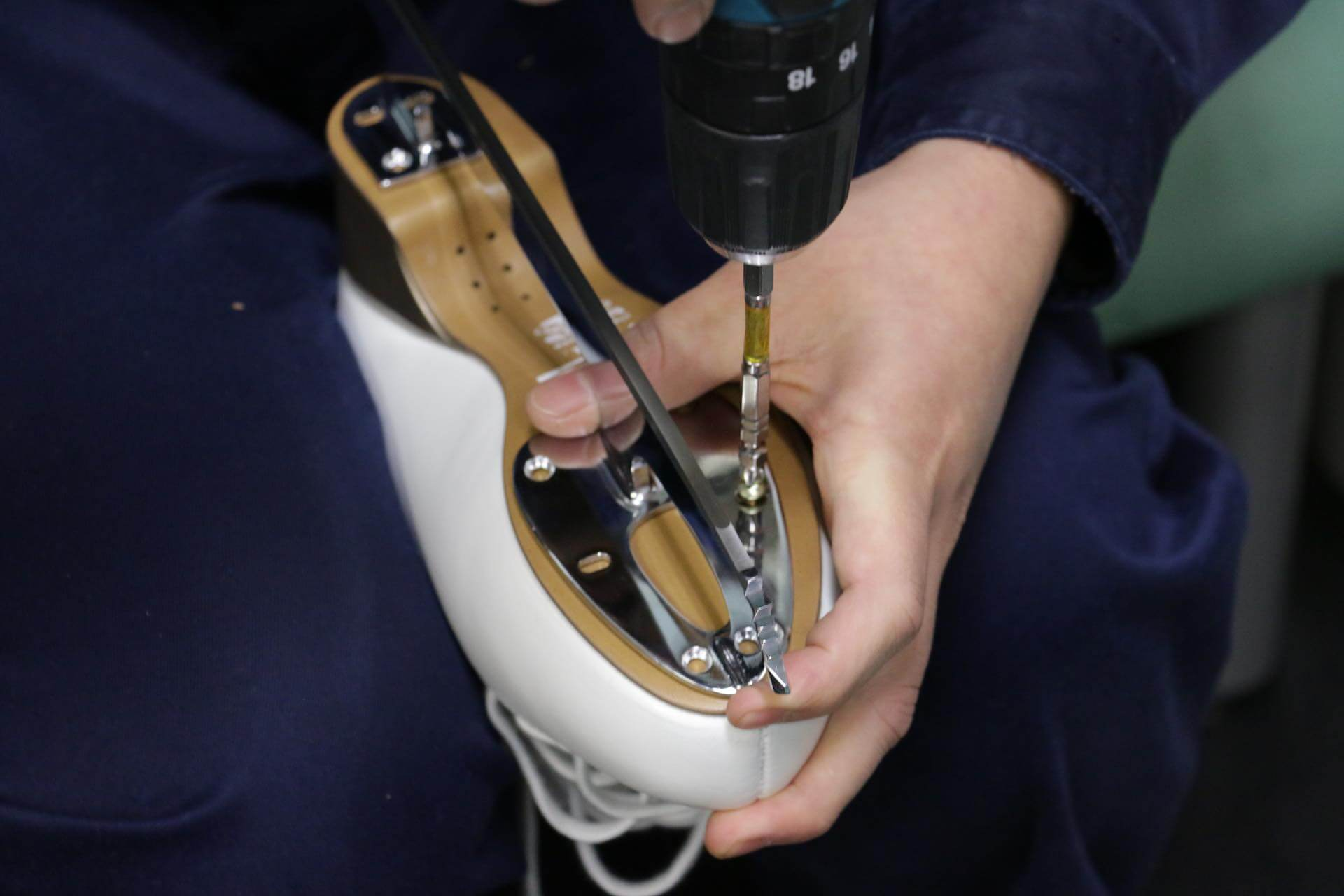 フィギュアスケートの靴のブレードの付け方