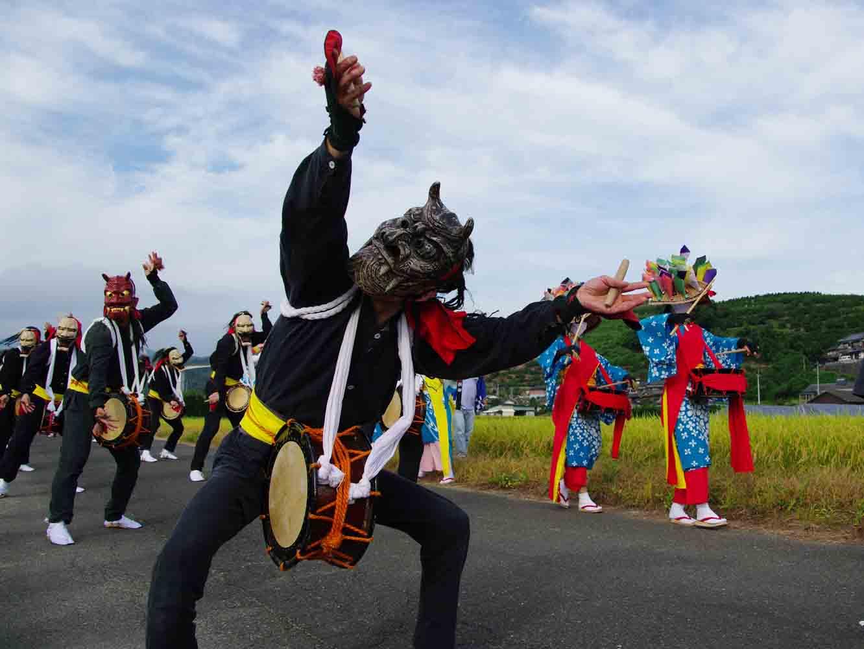 地域ごとにお囃子のメロディや振り付け、面や衣装は少しずつ異なります