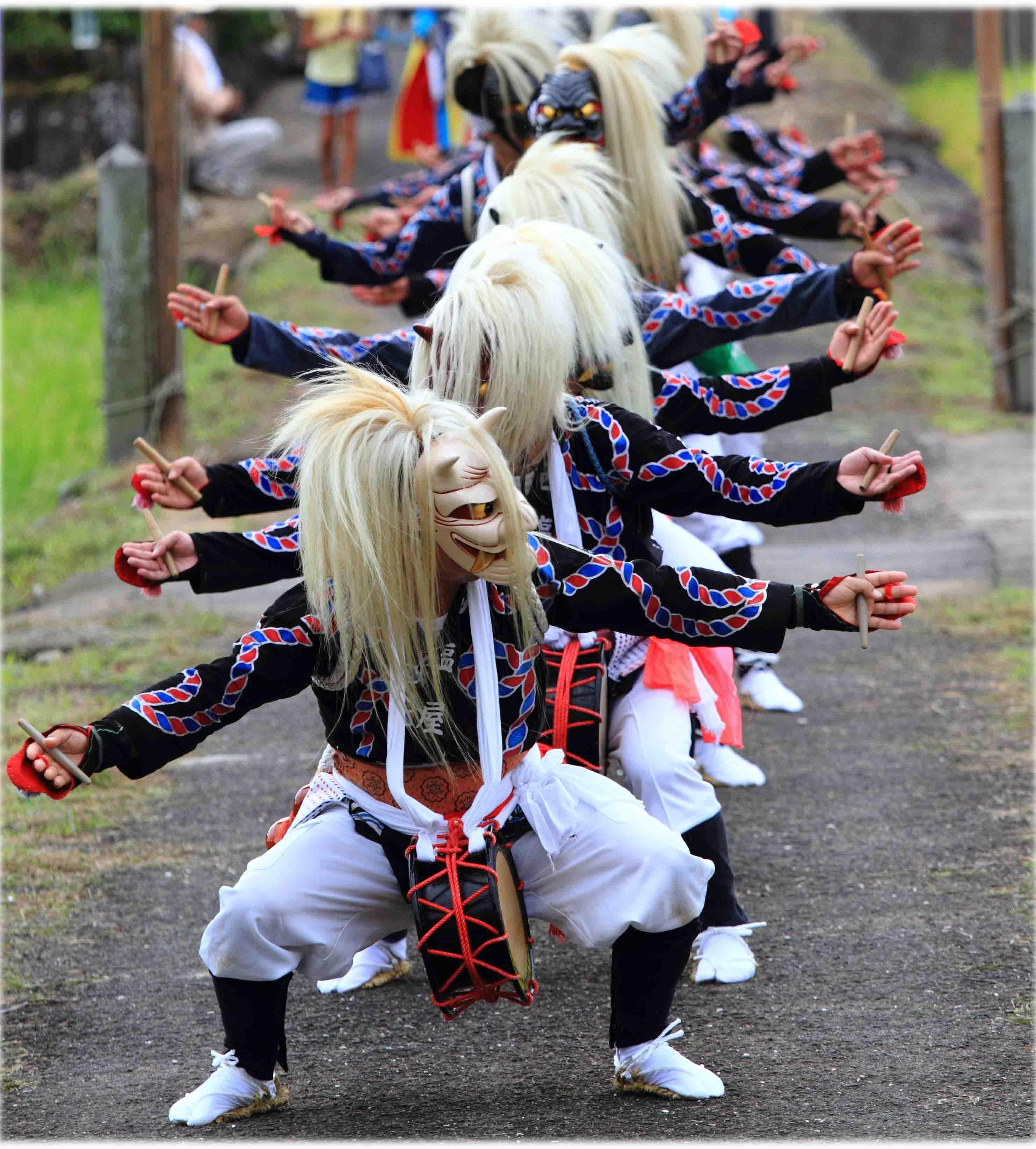 佐賀県南西部の伝統芸能「面浮立」の様子