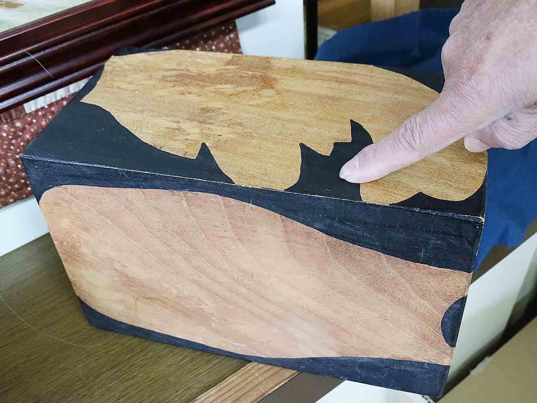 乾燥させて切り出した木に、まずは面の輪郭を描き削り出します