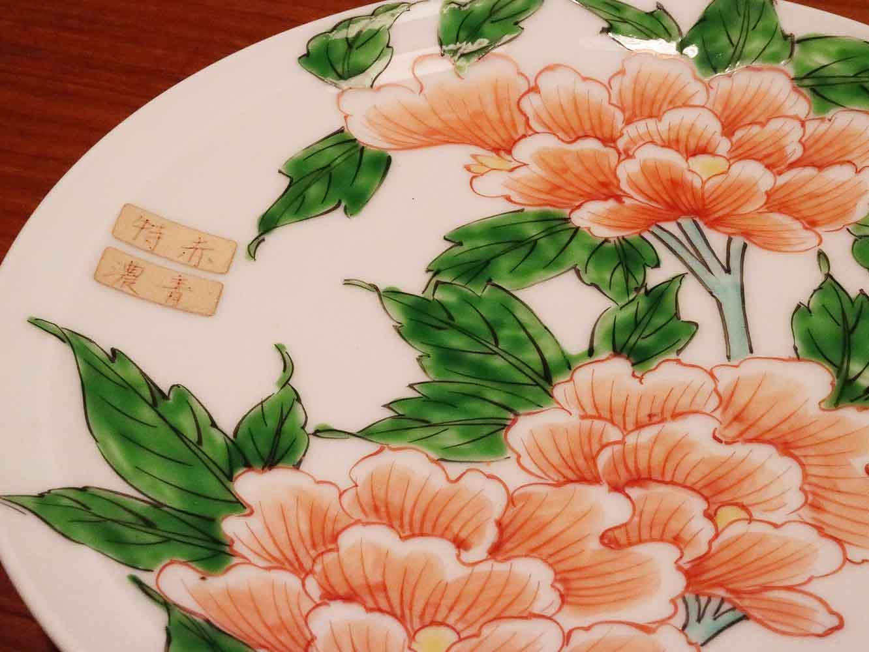 和絵具で絵付した皿。葉の緑色の下に黒で描かれた葉脈が透けて見えるのは和絵具ならでは