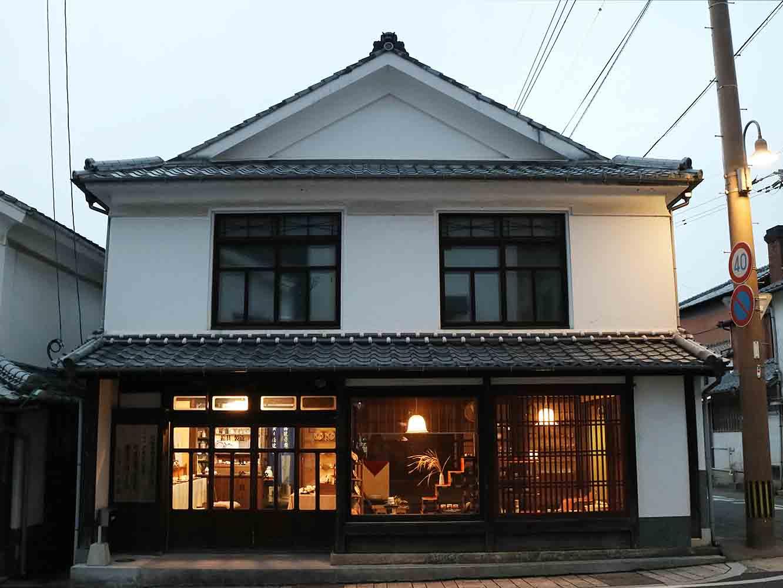 江戸時代、藩から許可を得た、有田における上絵付け専門職「赤絵屋」16軒が立ち並んだ佐賀県有田町赤絵町。その一つであった辻絵具店は今もこの地に店を構えています