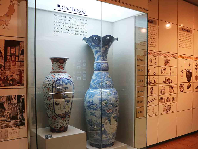 明治時代に入ると、有田の技術を生かした大型の製品が盛んに作られるように。欧米の万国博覧会へ出品されると高い評価を受けました (九州陶磁文化館展示)