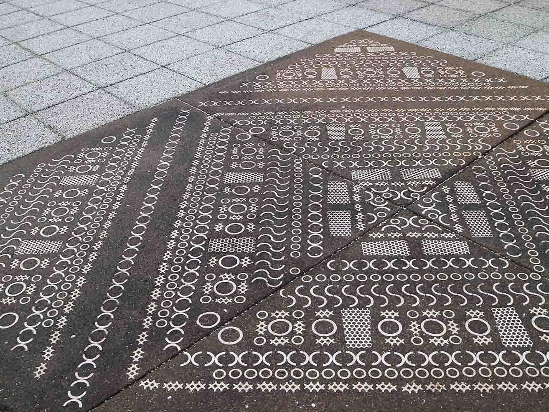 岩尾磁器工業の磁器を使って作られた床のモザイク模様。九州陶磁器文化館前の広場に使われている
