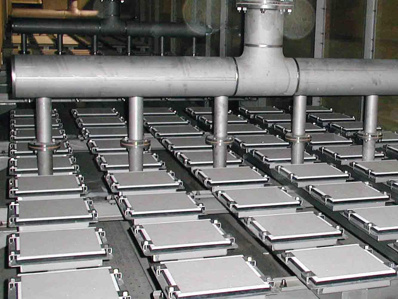 下水処理施設生物反応タンクの内部。四角いパネルが有田の磁器技術を用いて作られた板。浄水設備にも用いられています