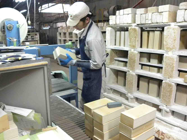 工業用品の工場だが、こうして手作業で細やかな調整をして作られている