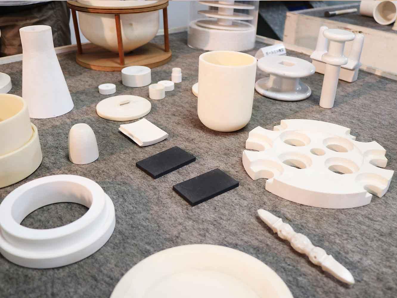 さまざまな工業製品。すべて磁器製