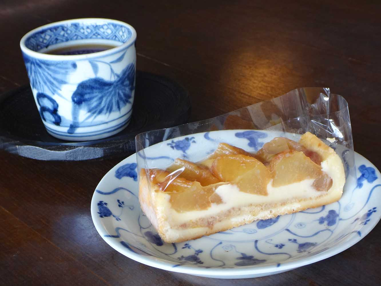 館内にある「カフェテラス 彩」では、古伊万里の器で飲み物やケーキを楽しめる