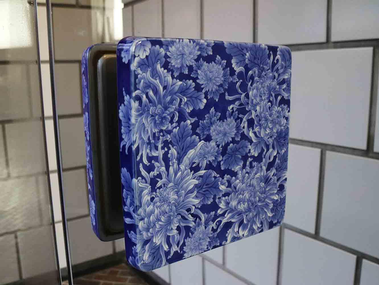 ドア押板やスイッチパネル、壁のタイルなど、有田焼をはじめ伝統的な様式をデザインしたやきもの製品が館内設備のいたるところに使われている