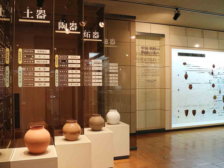 「九州陶磁の歴史」展示室。九州陶磁の源流である中国・朝鮮陶磁の絵年表から、日本陶磁の歴史パネル、古伊万里とオランダ貿易の特色などをはじめ、九州陶磁の歴史的資料を展示している
