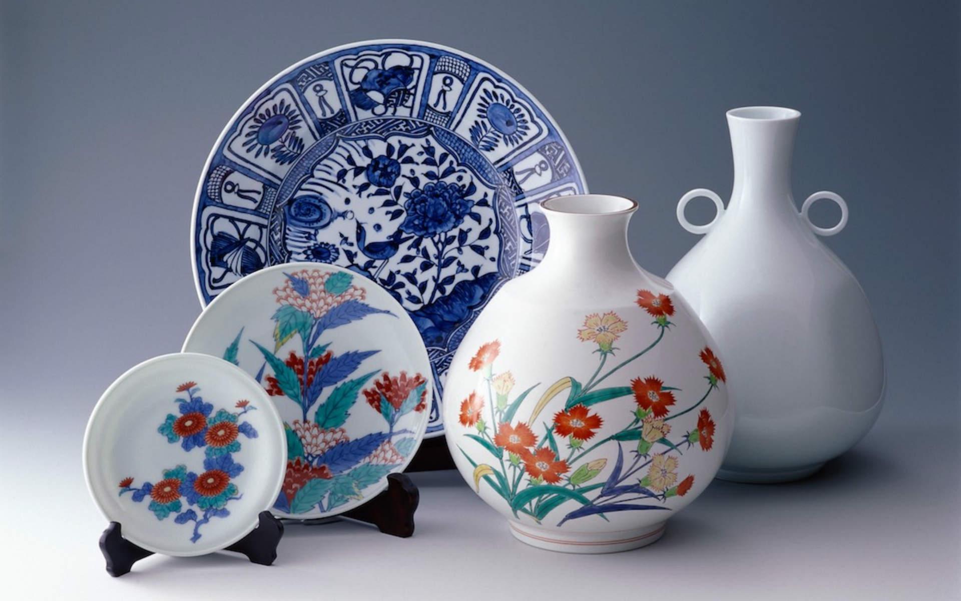 華やかな絵付けの伝統的な有田焼。有田観光協会提供。