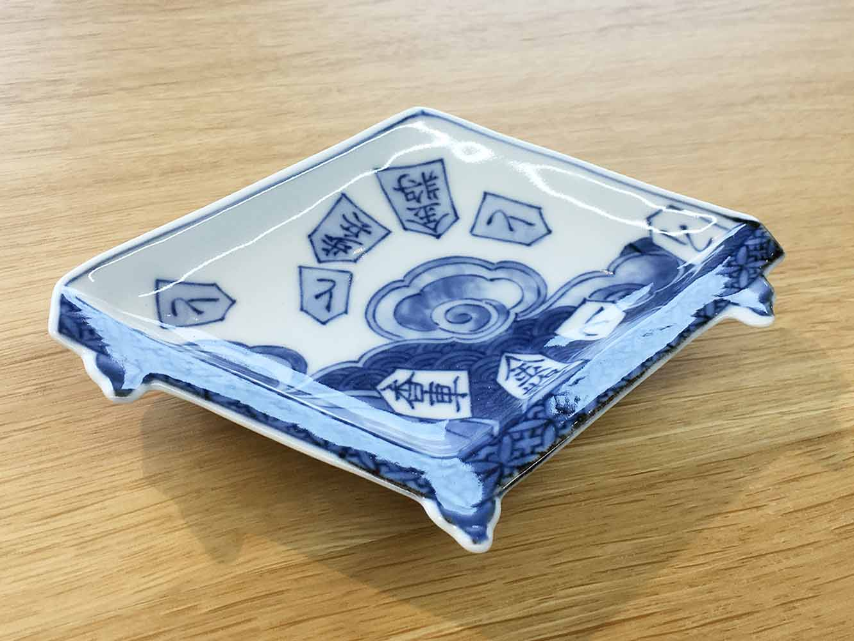 盤型。なんと、将棋の盤の形です。将棋は大陸から伝来したゲームで、江戸時代に盛んとなり、有田では駒を作った時期もありました。この形が作られたことからも、流行の様子が伺えますね