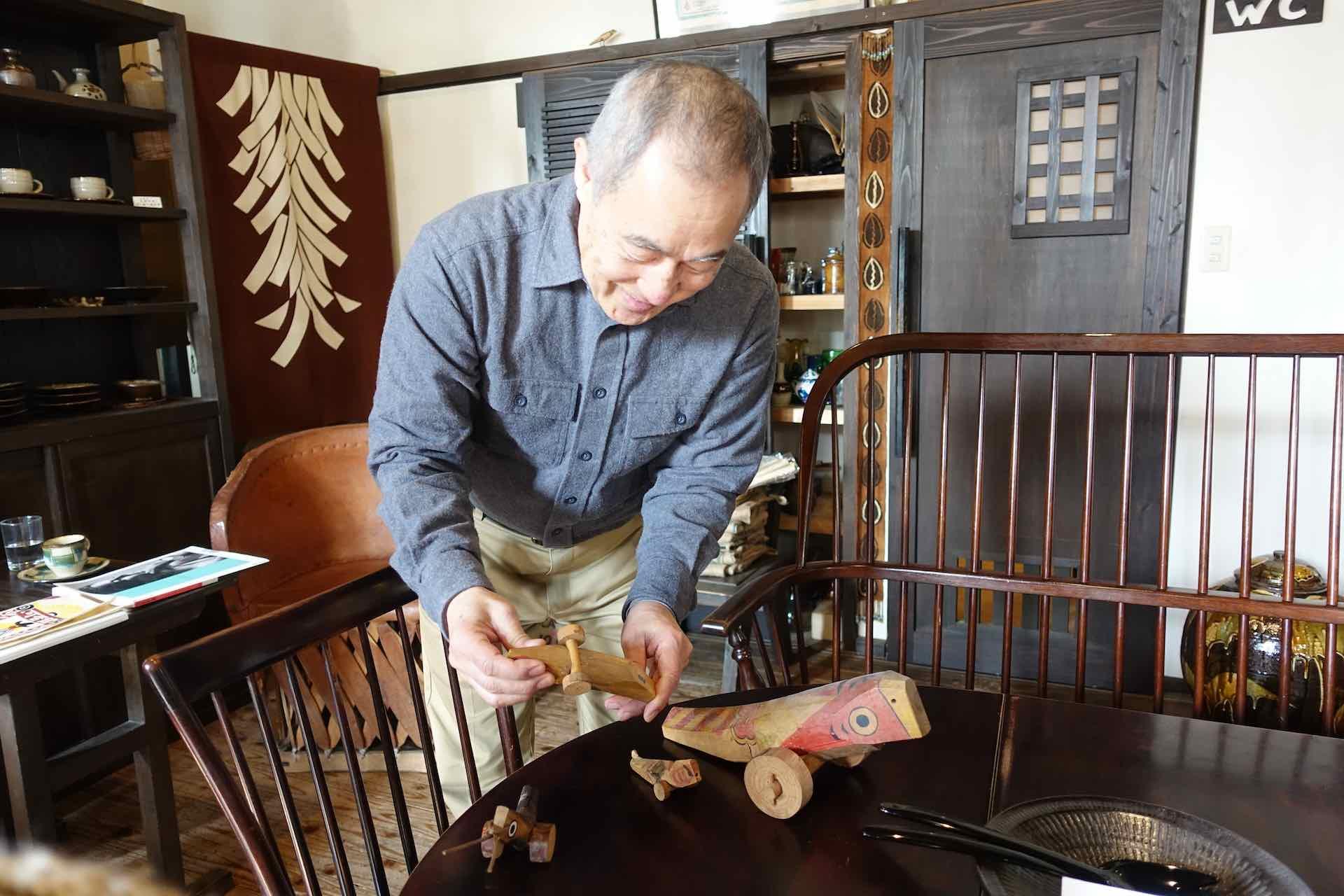 熊本の民芸の名店、魚座民芸店から特別に譲ってもらったという郷土玩具「きじ車」を見せてくださった永田さん。笑顔が素敵です