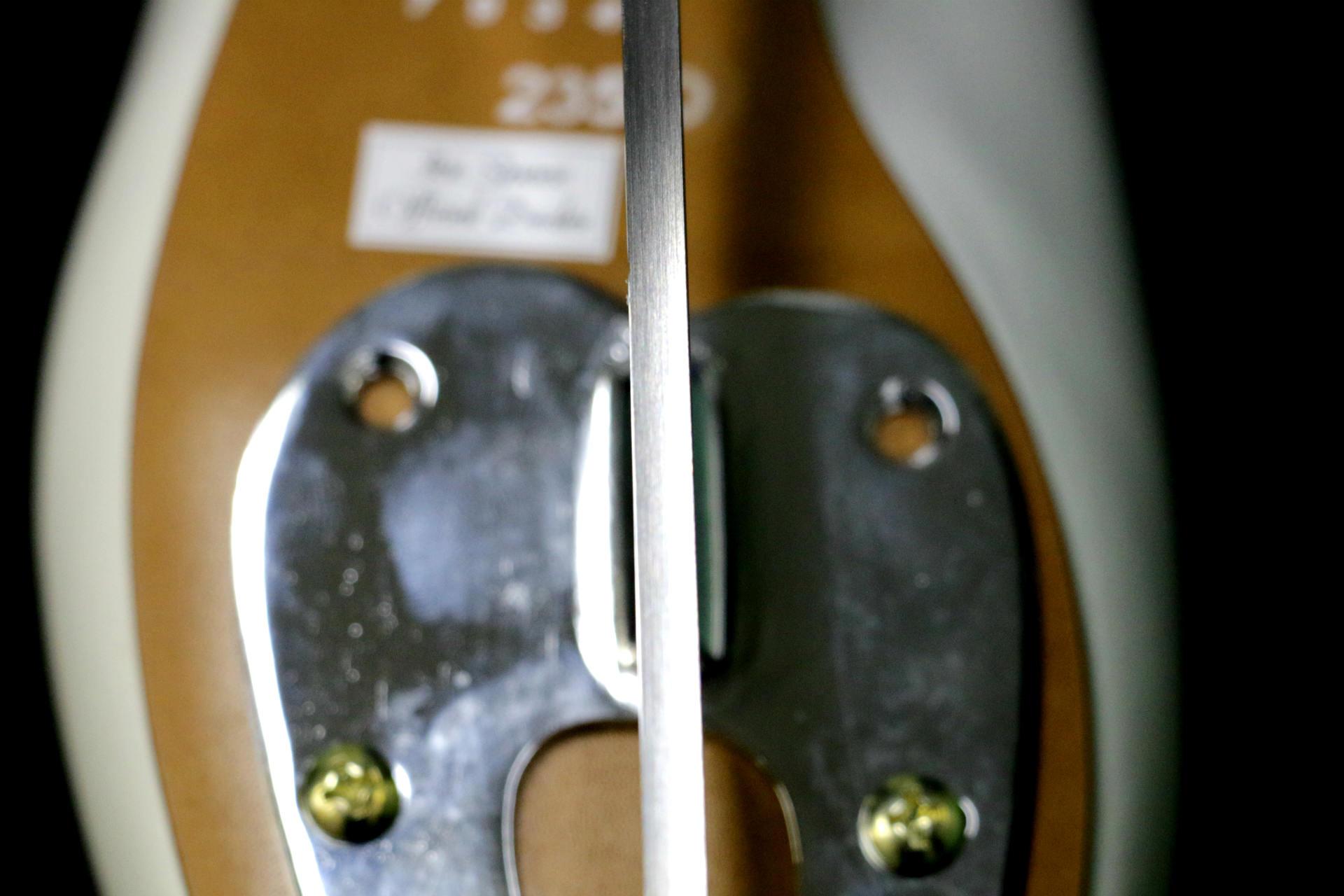 研いだ足側の刃。表面の目が細かく、光の反射がよりはっきりしているのがわかるでしょうか