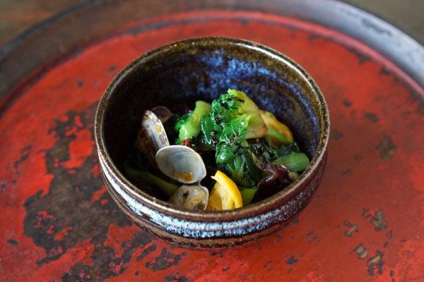 熊本県熊本市の諸国家庭料理PAVAOの「あさりとターサイと生きくらげの和え物」